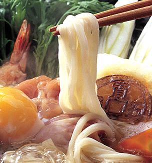 画像:箸ですくい上げる稲庭うどんの「生麺」