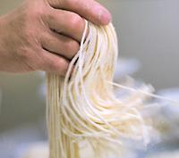 画像:稲庭うどんの「生麺」制作風景